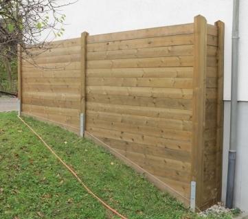 Reflektierende Bohlenlärmschutzwand an Hausmauer